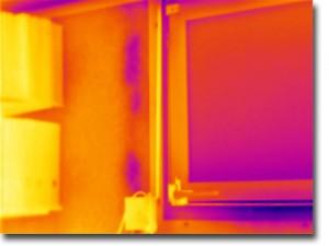 Thermografiebild: Partiell fehlende Dämmung an einer Außenwand sowie fehlende Fensterdichtung