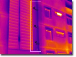 Thermografiebild: Gedämmter Fassadenteil innerhalb der Markierung